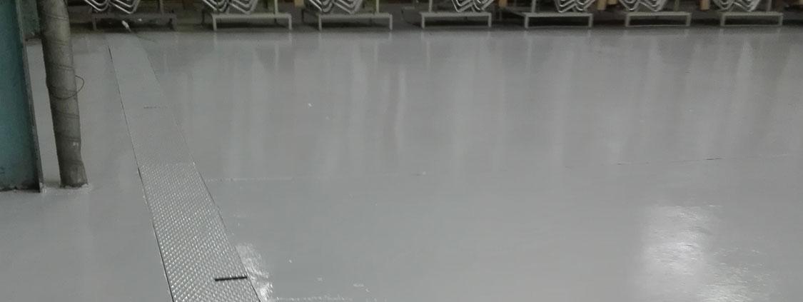 Protéger un sol d'atelier en béton lissé des agressions chimiques