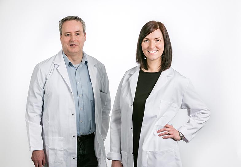 Photo de deux chimistes : un homme et une femme portants des blouses blanches