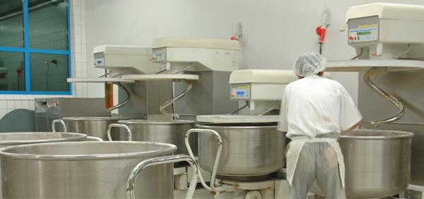 Photo d'une personne en train de travailler sur un site de production alimentaire