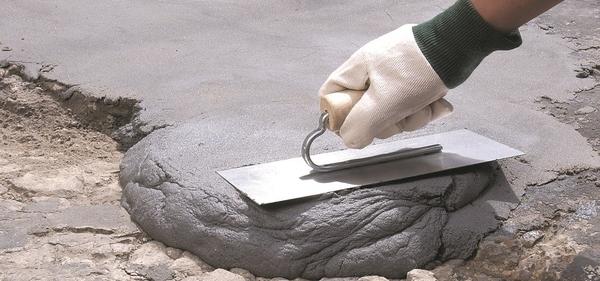 Photo d'une main en train d'appliquer du mortier