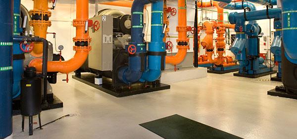 Photo d'une salle des machines avec un sol peint en gris