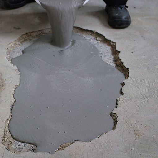 Versement de Watco Mortier Coulable dans un trou en béton