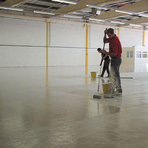 Application de la peinture Watco Grand Froid Epoxy sur un sol en béton dans une zone non chauffée