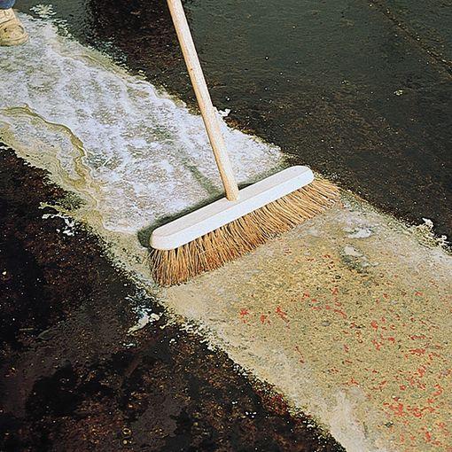 Application de Watco Dégraiss'sol Super Puissant - Badigeonner le dégraissant non dilué avec un balai rigide et laisser agir avant de rincer à l'eau claire