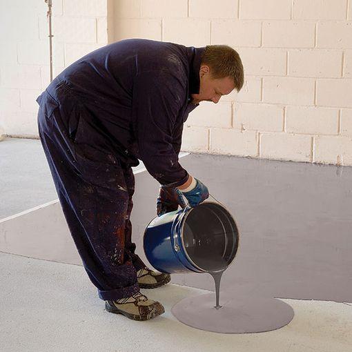Homme versant Watco Autolissant Antidérapant sur le sol