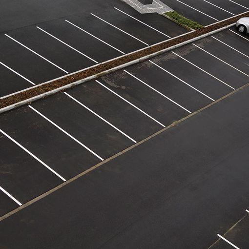 Mise en situation de la peinture de marquage Watco Marquage Routier sur un parking