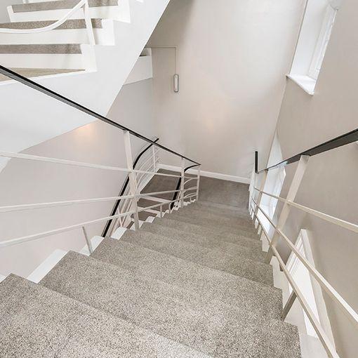 """""""Mise en situation de Watco Nez de Marche Super Agrippant, bord de marche antidérapant en fibre de verre, dans un escalier"""""""