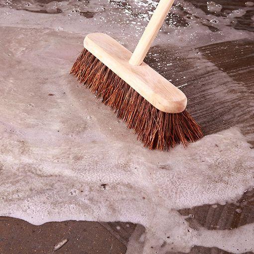 Watco Décap'sol en action sur un sol en béton brut avant la mise en peinture